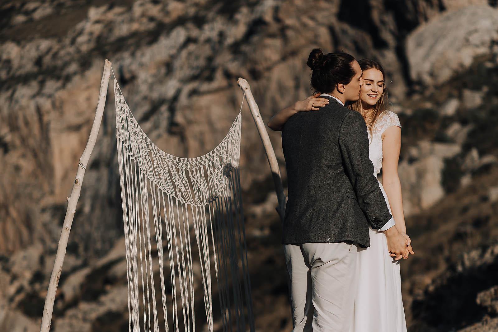 Tanzendes Hochzeitspaar in Mallorca an einer Bucht